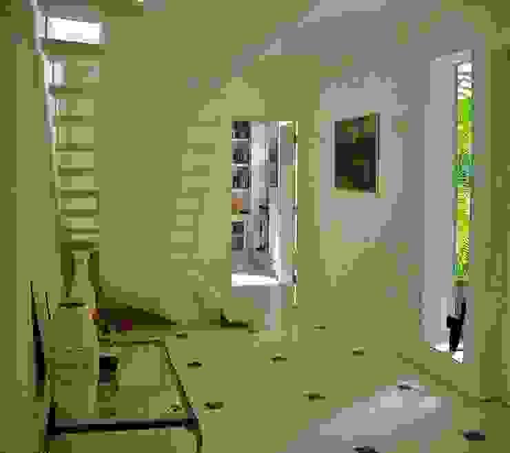 Hall interno com escritório ao fundo Corredores, halls e escadas minimalistas por Kika Prata Arquitetura e Interiores. Minimalista
