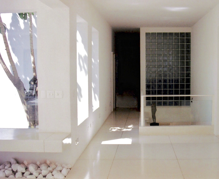 Ambiente de distribuiçào social/intimo Corredores, halls e escadas minimalistas por Kika Prata Arquitetura e Interiores. Minimalista
