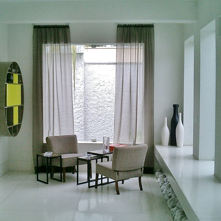 Canto com bar na parede Salas de estar minimalistas por Kika Prata Arquitetura e Interiores. Minimalista
