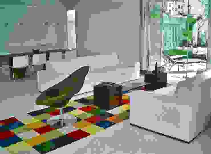 Casa minimalista na metrópole Salas de estar minimalistas por Kika Prata Arquitetura e Interiores. Minimalista