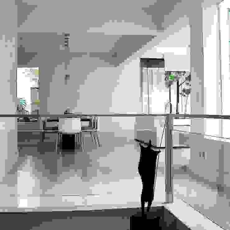 Vista a partir da escada Corredores, halls e escadas minimalistas por Kika Prata Arquitetura e Interiores. Minimalista