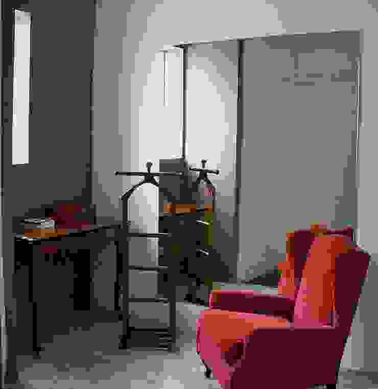 Casa minimalista na metrópole Closets por Kika Prata Arquitetura e Interiores. Minimalista
