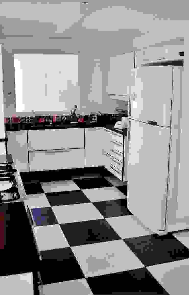 Casa minimalista na metrópole Cozinhas modernas por Kika Prata Arquitetura e Interiores. Moderno