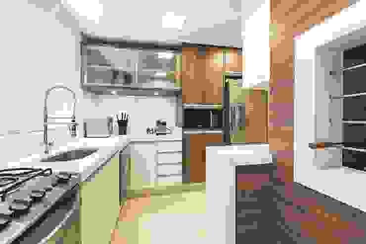 Rolim de Moura Arquitetura e Interiores Modern kitchen White