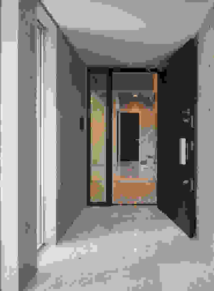 住宅部分玄関 モダンな 窓&ドア の K2・PLAN 株式会社本多建築設計事務所 モダン 大理石
