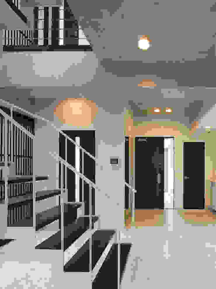 オーナー住居エントランス モダンスタイルの 玄関&廊下&階段 の K2・PLAN 株式会社本多建築設計事務所 モダン 木 木目調