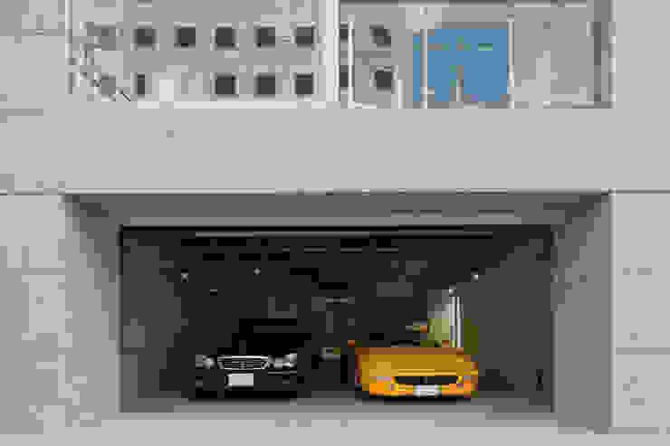 1階車庫: K2・PLAN 株式会社本多建築設計事務所が手掛けた二車用ガレージ車庫です。,モダン 石