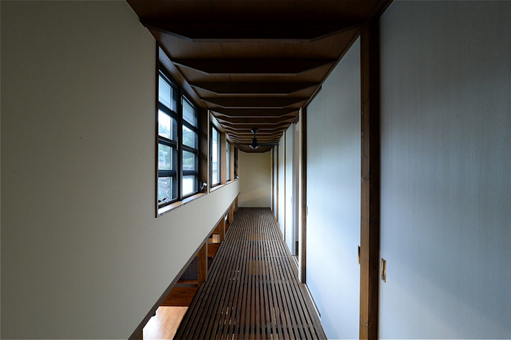 Asian corridor, hallway & stairs by atelier shige architects /アトリエシゲ一級建築士事務所 Asian Wood Wood effect