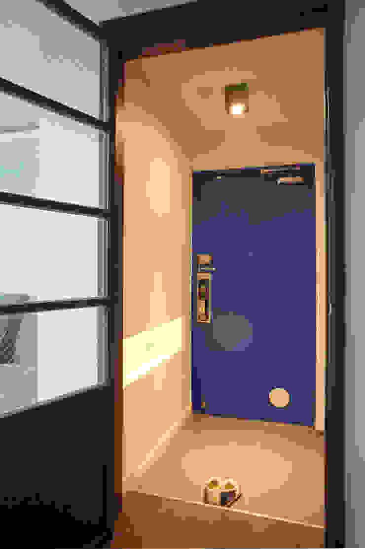 블루 포인트 컬러의 현관 모던스타일 복도, 현관 & 계단 by 마르멜로디자인컴퍼니 모던
