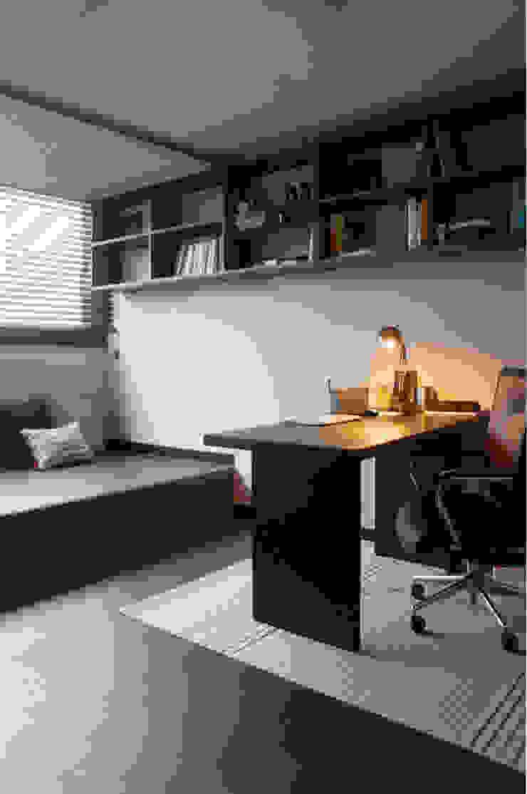 단차를 이용한 서재공간의 활용 모던스타일 서재 / 사무실 by 마르멜로디자인컴퍼니 모던