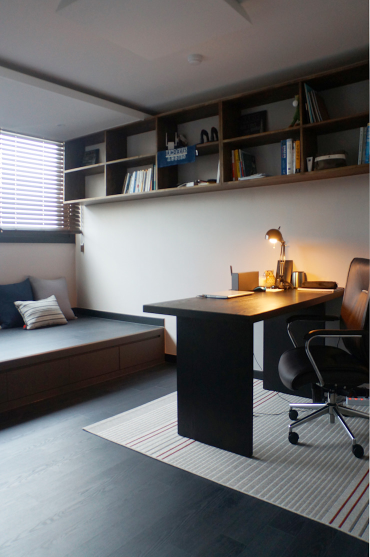 Modern Study Room and Home Office by 마르멜로디자인컴퍼니 Modern