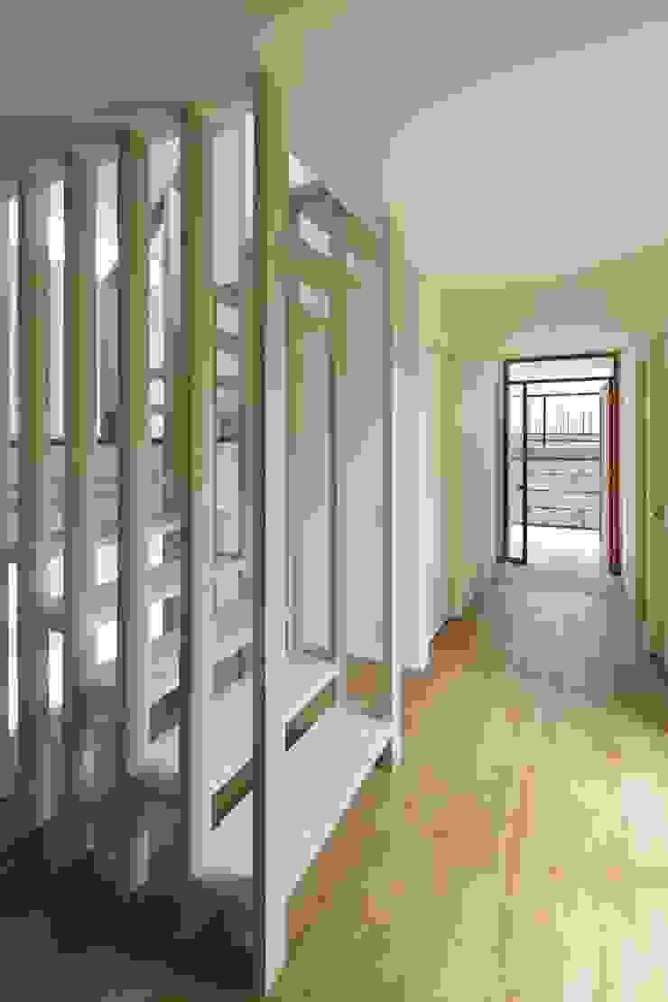 片瀬山の家Ⅱ モダンスタイルの 玄関&廊下&階段 の 向山建築設計事務所 モダン