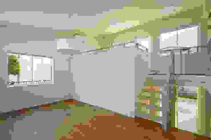 片瀬山の家Ⅱ モダンデザインの リビング の 向山建築設計事務所 モダン