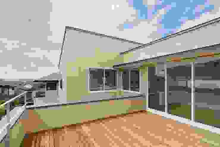 片瀬山の家Ⅱ モダンデザインの テラス の 向山建築設計事務所 モダン