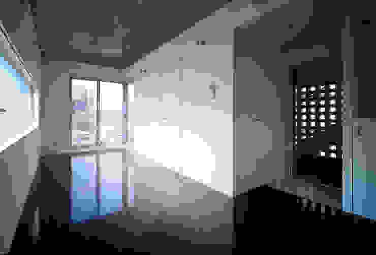 Y flat モダンデザインの リビング の 向山建築設計事務所 モダン