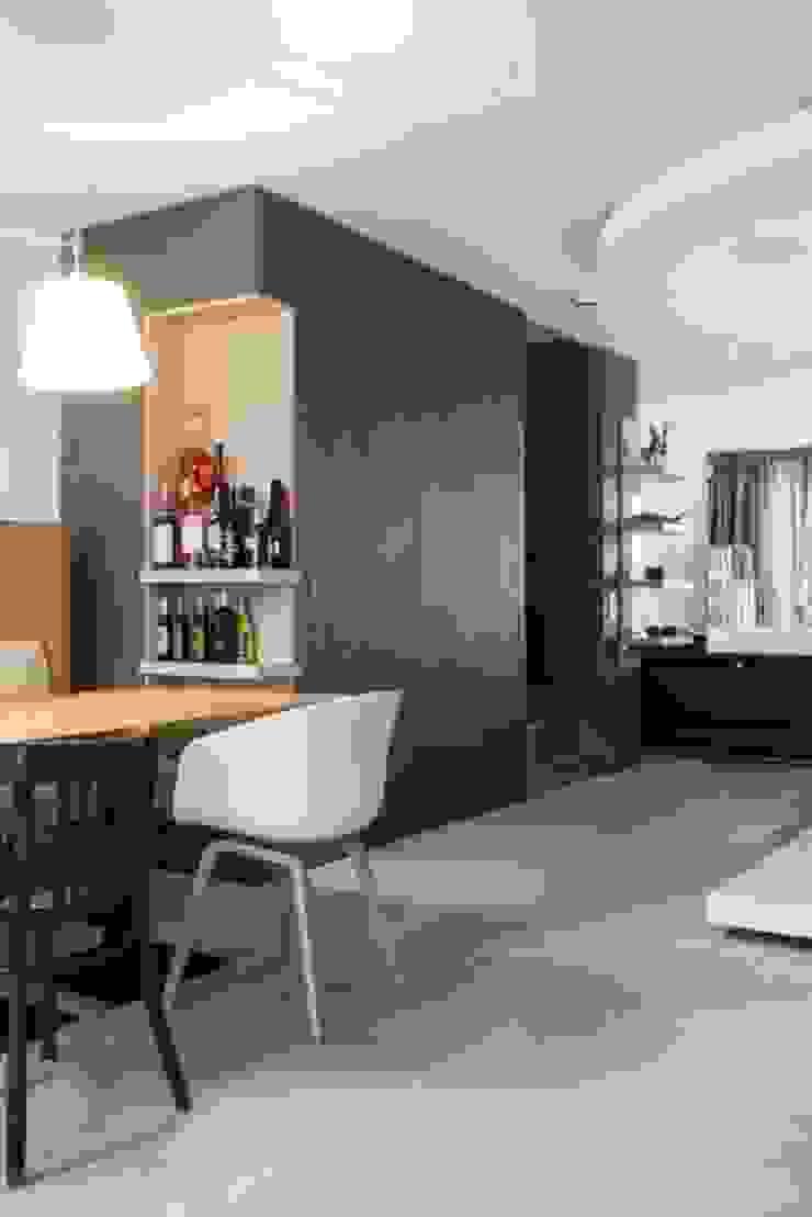 Doorkijk richting woonruimte Moderne woonkamers van SMEELE Ontwerpt & Realiseert Modern