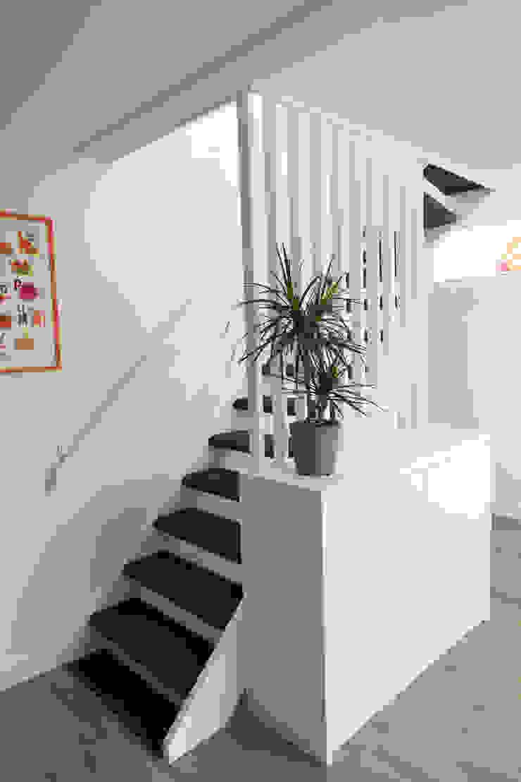 Egbert Duijn architect+ Ingresso, Corridoio & Scale in stile moderno