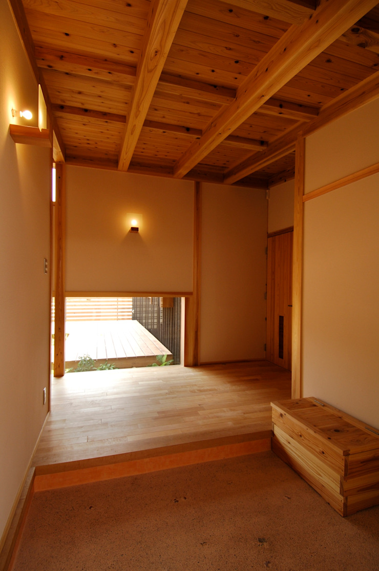 Asian corridor, hallway & stairs by shu建築設計事務所 Asian Wood Wood effect