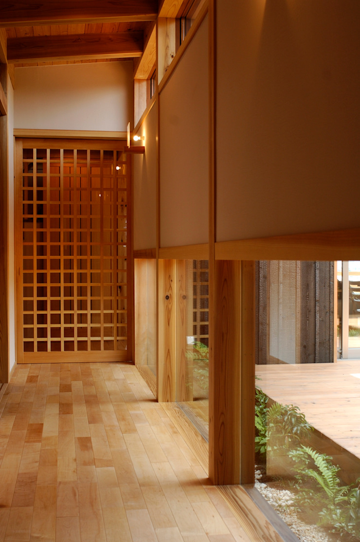 Pasillos, hall y escaleras de estilo asiático de shu建築設計事務所 Asiático Madera Acabado en madera