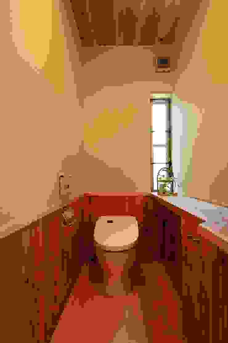 Baños de estilo moderno de shu建築設計事務所 Moderno Madera Acabado en madera