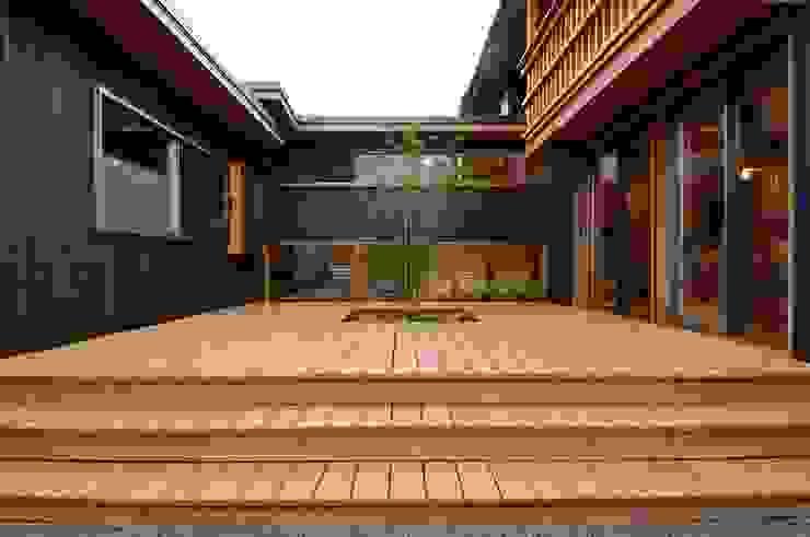 Modern style balcony, porch & terrace by shu建築設計事務所 Modern Wood Wood effect