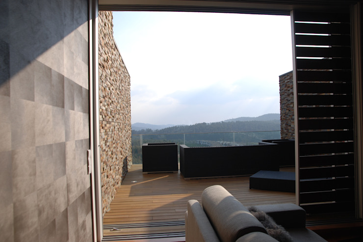 Projecto Vale Pisão – Gabinete de Arquitectura Inexistencia Varandas, marquises e terraços modernos por Inexistencia Lda Moderno
