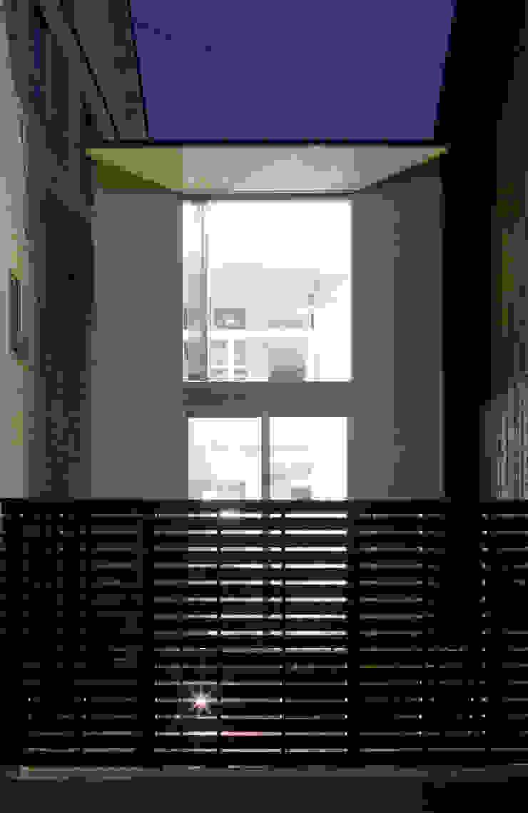 南側夜景 モダンな 家 の 有限会社Y設計室 モダン
