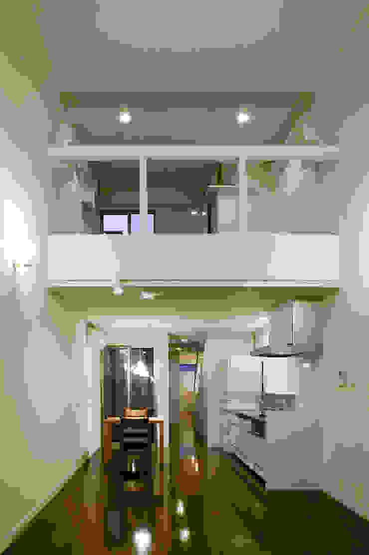 居間から猫室を見る モダンデザインの リビング の 有限会社Y設計室 モダン