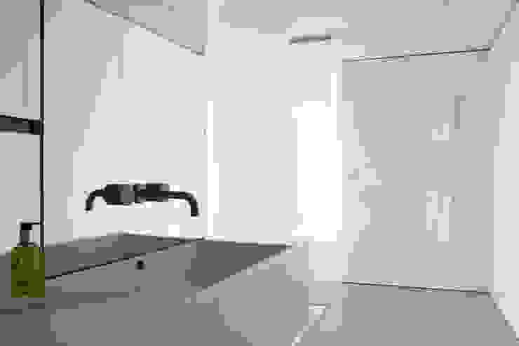 Casas de banho  por DER RAUM, Minimalista