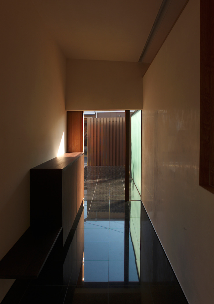 Modern Walls and Floors by 株式会社コヤマアトリエ一級建築士事務所 Modern
