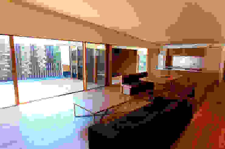 saga iy-house: 株式会社コヤマアトリエ一級建築士事務所が手掛けたリビングです。,モダン
