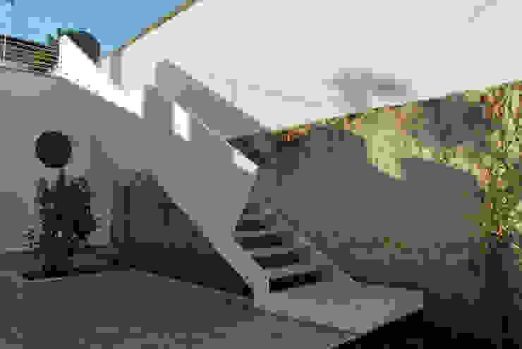 Nowoczesny korytarz, przedpokój i schody od Marenaci Nowoczesny