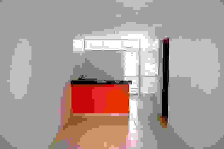 Minimalist dining room by Martins Lucena Arquitetos Minimalist