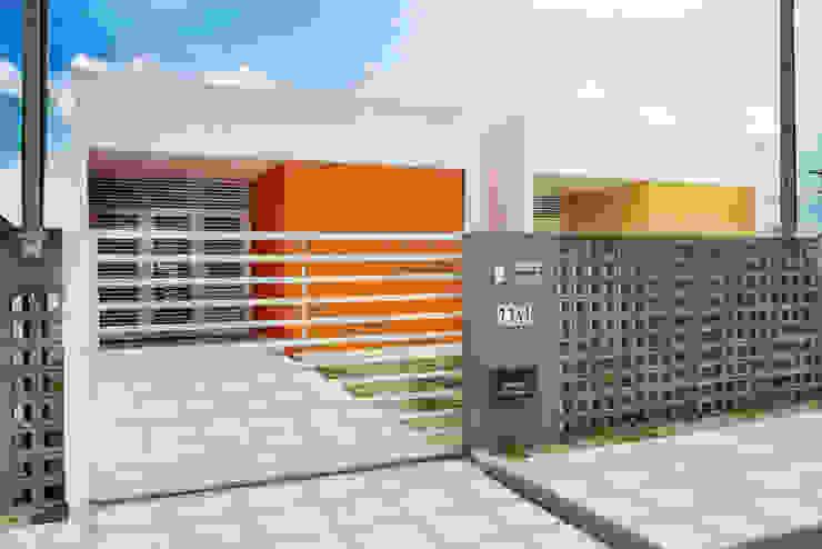 Nhà phong cách tối giản bởi Martins Lucena Arquitetos Tối giản