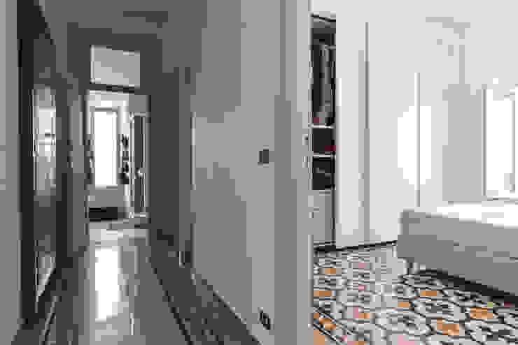 Corridoio Ingresso, Corridoio & Scale in stile classico di 02A Studio Classico