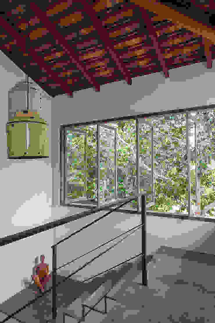 Vida de Vila Modern Corridor, Hallway and Staircase Copper/Bronze/Brass Yellow