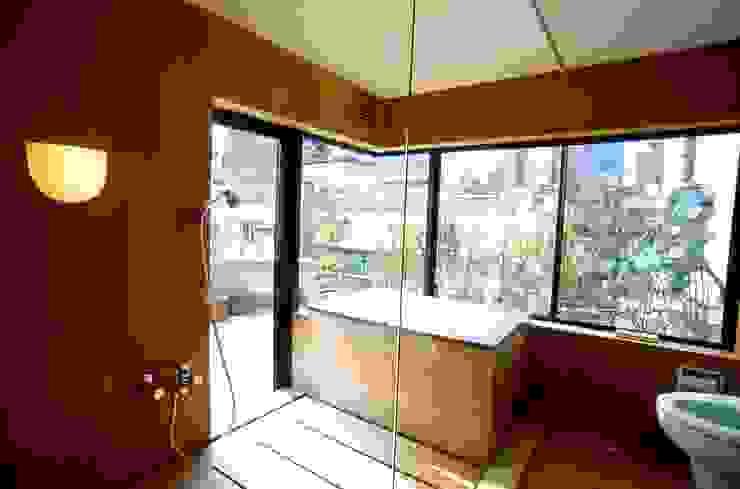 桧の浴室: 松井建築研究所が手掛けた浴室です。,モダン