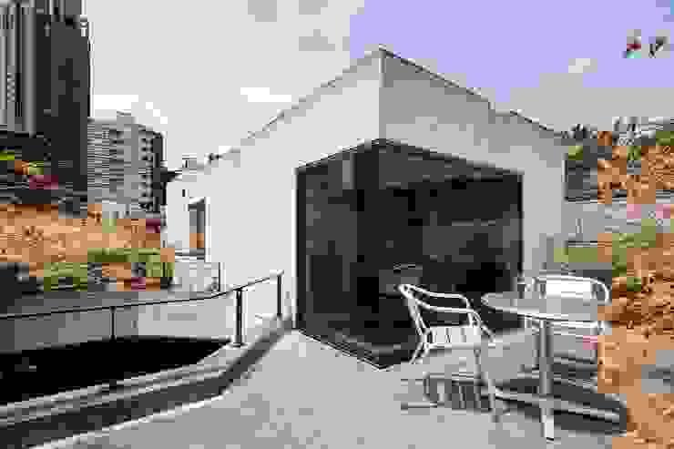 屋上テラス: 松井建築研究所が手掛けたテラス・ベランダです。,モダン