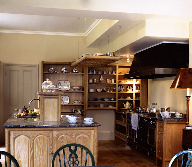 Kirtling Tower Limed Oak Kitchen designed and made by Tim Wood Cocinas eclécticas de Tim Wood Limited Ecléctico Madera Acabado en madera