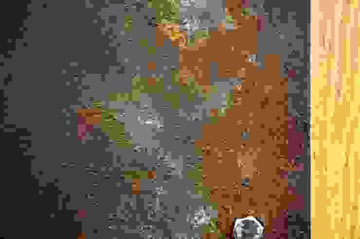부식된 철제 느낌의 원목 슬라이딩 도어: Gemma Art Company의 인더스트리얼 ,인더스트리얼