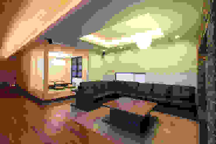 く形の切妻 和風デザインの リビング の studio SHUWARI 和風