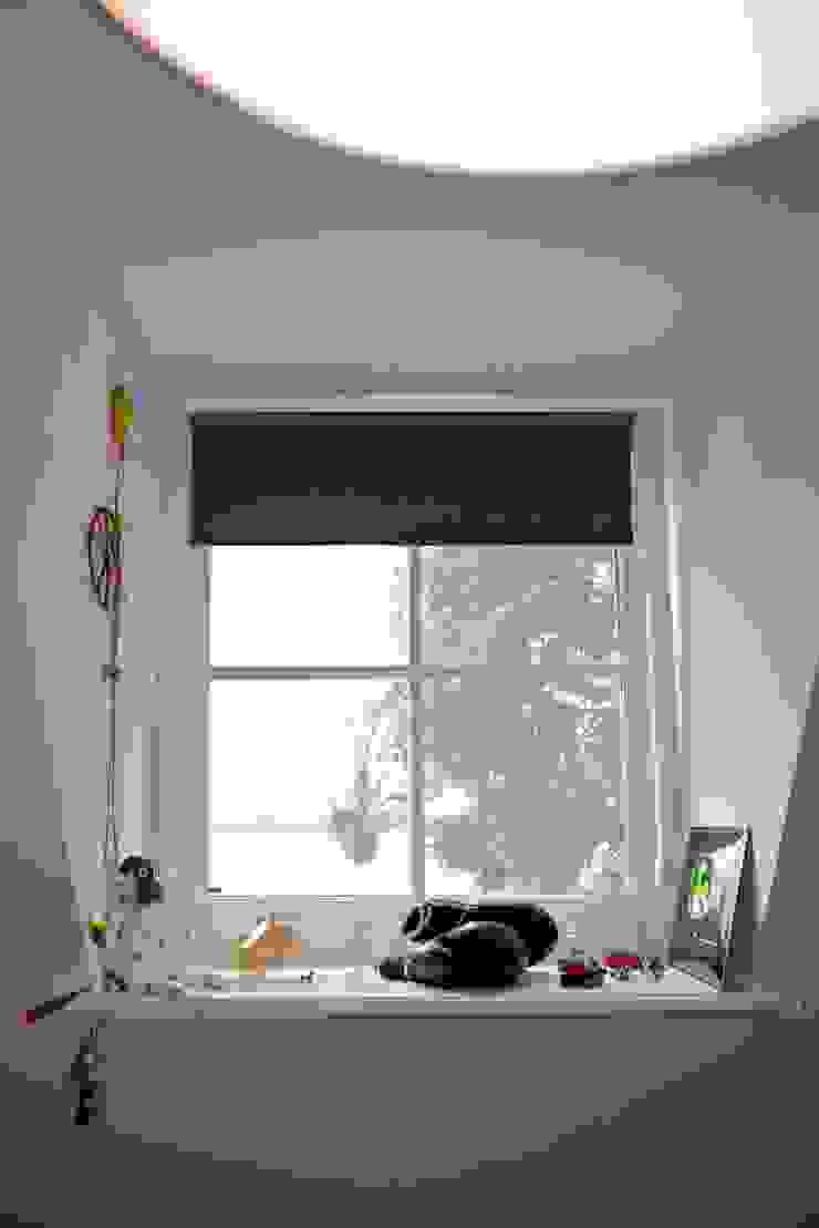 Stoere decoratie bij raam jongenskamer Moderne kinderkamers van Aangenaam Interieuradvies Modern