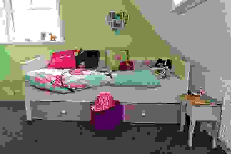 Bed in fijne meisjeskamer Moderne kinderkamers van Aangenaam Interieuradvies Modern