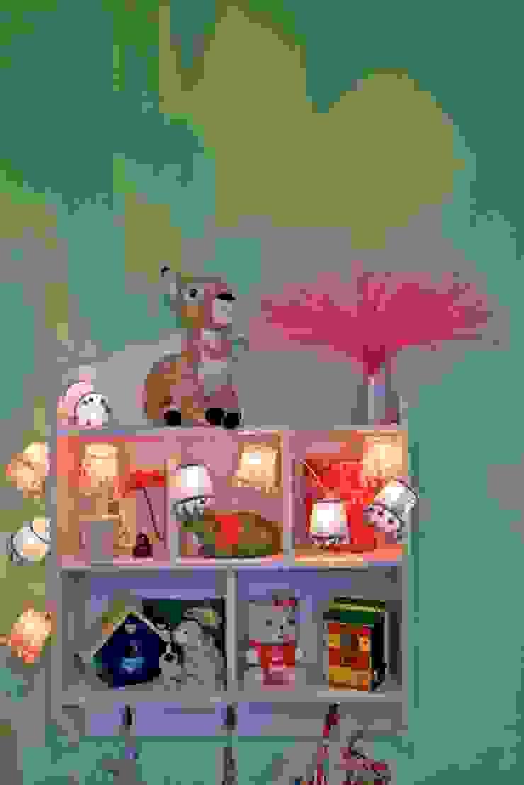 Kleurrijke decoratie in een meisjeskamer Moderne kinderkamers van Aangenaam Interieuradvies Modern
