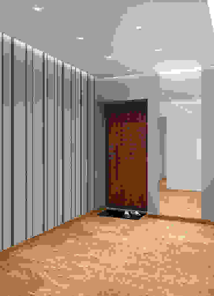 Студия 40 в Лазурном Коридор, прихожая и лестница в стиле минимализм от QUADRUM STUDIO Минимализм