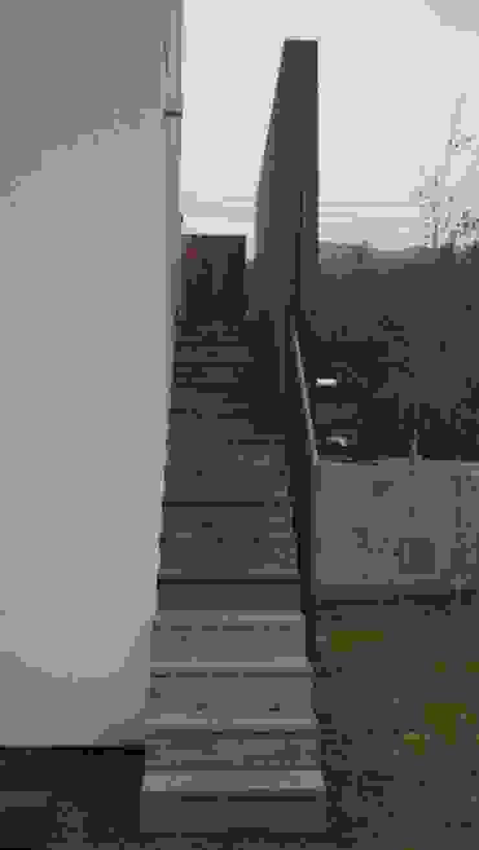 Nowoczesny korytarz, przedpokój i schody od 건축사사무소 스무숲 Nowoczesny