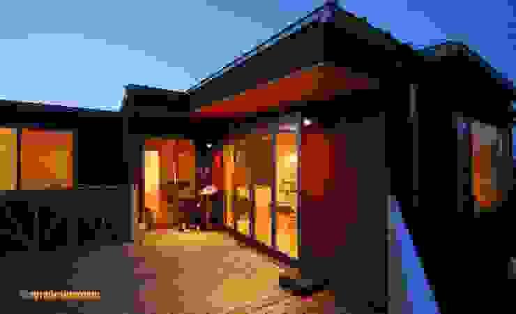 2階リビングに大きなウッドデッキ モダンな 家 の アグラ設計室一級建築士事務所 agra design room モダン