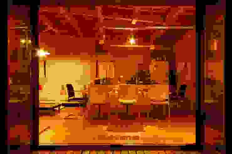 ローコストにするなら、照明の重心を下げる。 モダンデザインの リビング の アグラ設計室一級建築士事務所 agra design room モダン