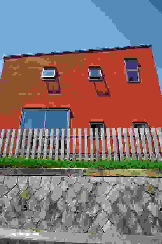 105角の柱材を利用した、外の世界を柔らかく繋ぐ木柵。 モダンな 家 の アグラ設計室一級建築士事務所 agra design room モダン