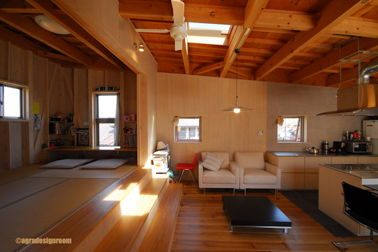 段差は、家を豊かにする。大階段のあるリビング。: アグラ設計室一級建築士事務所 agra design roomが手掛けたリビングです。